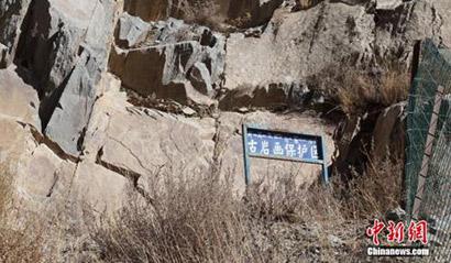 西藏发现刻有佛塔万字符等图案的古代岩画