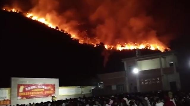 广西:整座山都着火了!山脚学校仍淡定召开动员会