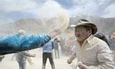 青海藏族民众糌粑狂欢节迎春耕 场面热闹非凡