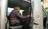 50岁司机带91岁母亲上班:货到哪母亲就到哪
