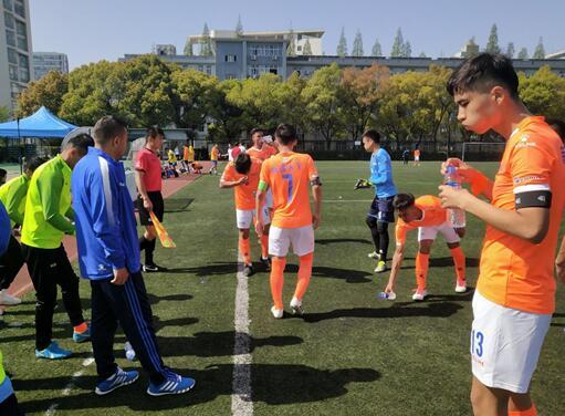 他们训练都要排号计时 却想为新疆足球争光