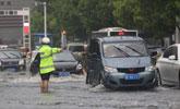 湖北宜昌暴雨致内涝 消防疏散50余人