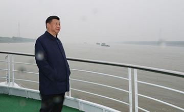 习近平乘船考察长江画面
