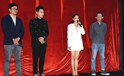 徐若瑄穿白色西服裙尽显御姐范 出演电影神秘感十足