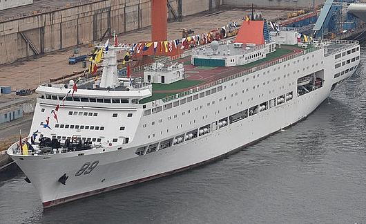 国产航母海试现场:保障船挂满彩旗