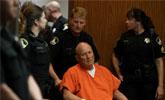 """72岁""""金州杀手""""坐轮椅出庭 曾经犯下12起谋杀案"""