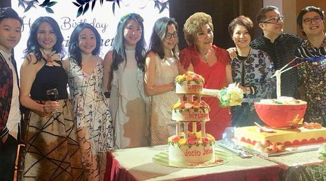 杨紫琼为78岁母亲庆寿 母女酷似两姐妹