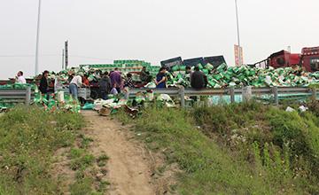 二千六百箱啤酒掉路上 司机现场开卖