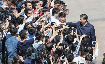 习近平在北京大学考察画面