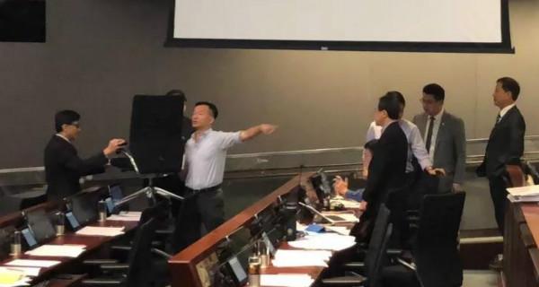 """""""""""港独""""闹场称一听国歌就想呕,行政委员:请离开香港"""