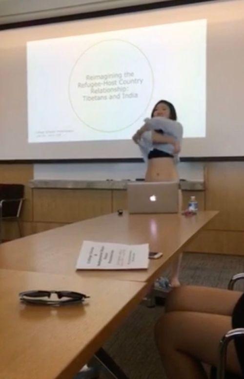 2018大学生内衣_学生怒怼导师!一女大学生穿内衣答辩只为反抗老师批评