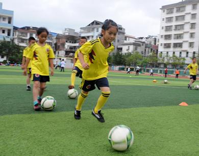 定南:校园足球蓬勃发展