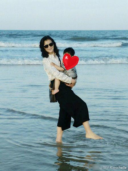 陈妍希晒婆婆抱孙子照片喊妈 老公陈晓甜蜜回应