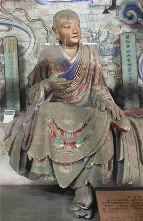 """法国学者型古董商Laurent Colson酷爱中国文化,二十多年来,参观考察了中国许许多多名胜古迹,并撰写大部头专著向西方人介绍中国古代文明。他给自己取的中文名字就叫罗汉。这位罗汉在中国古玩圈极有声誉。 罗汉多次到过紫金庵。他说:""""这十六罗汉表情太丰富啦,他们就是罗汉该有的样子。还有服装,那些式样和纹饰,反映了设计者很高的文化水平和艺术修养,令人叹为观止。"""""""