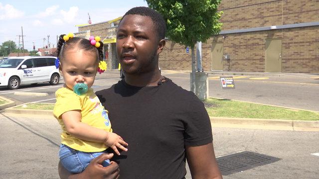 美国父亲抱着女儿打跑了4名歹徒 网友:哇成龙!