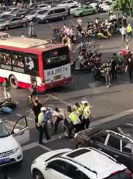 越野车闹市中逆向冲撞人群