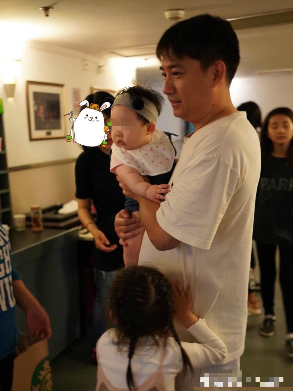 黄磊三胎儿子正脸首曝光?真相是…
