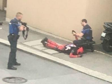 两小哥穿死侍cos服看首映 被警方当恐怖分子逮捕