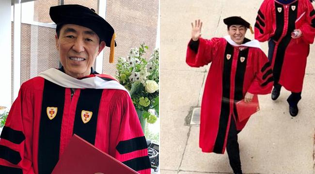 68岁张艺谋获波士顿大学博士学位 手拿毕业证喜笑颜开