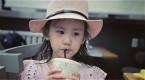 孙莉分享女儿近照 多多侧颜精致多妹喝奶茶