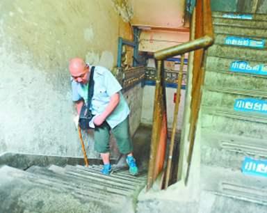 电梯21年未开 老人15年仅下楼20次