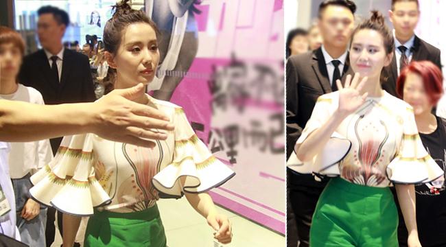 刘诗诗梳丸子头超显嫩 微笑着向粉丝们招手致意