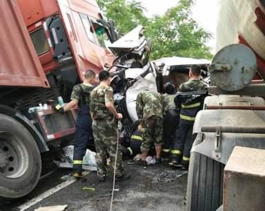 高速出口发生车祸:小轿车完全变形 司机重伤身亡