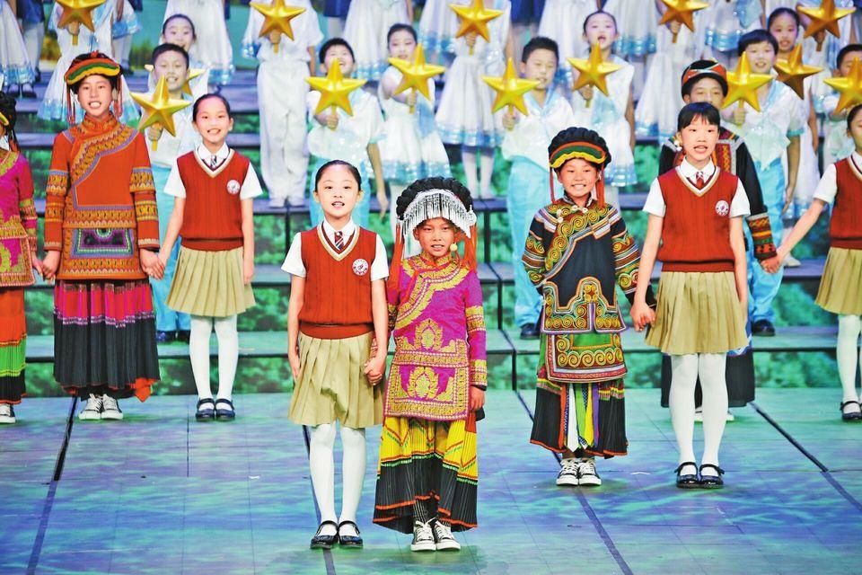 为总书记唱歌的彝族小姑娘 登上