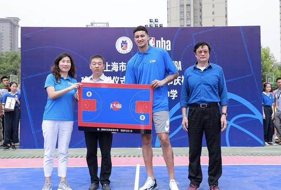 湖人库兹玛首次来华空降陕西渭南 与孩子们打篮球共庆六一