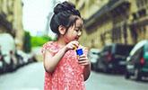 阿拉蕾巴黎街拍化身甜美小仙女 肉嘟嘟超可爱