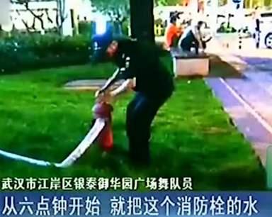 为阻止广场舞 保安拿消防栓喷水驱赶