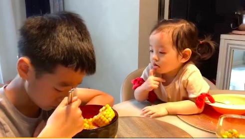 杨云分享杨阳洋兄妹吃饭日常 妹妹喂哥哥画面超温馨