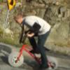 英国小伙自制冰轮自行车,不用充气