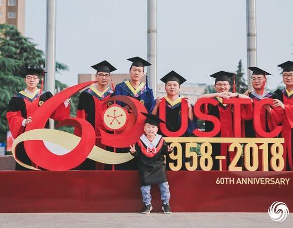 中科大毕业季 研究生携子拍摄毕业照
