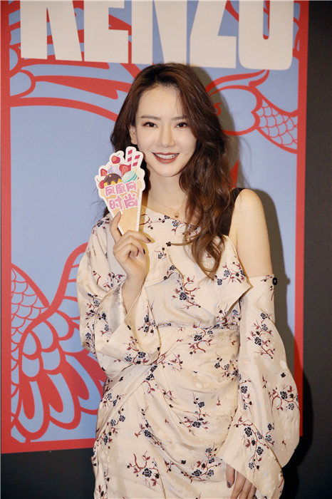 拿着凰尚牌儿的冰激凌可爱又惊艳,上演一出巴黎女子图鉴.