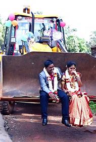 印度新人坐推土机结婚引围观