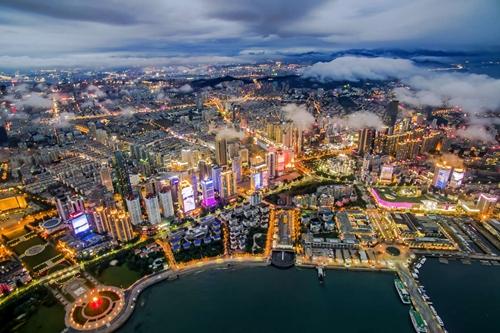 红岛国际会展中心是集展馆,配套会议,酒店办公和商业设施多种业态为一