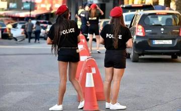 女警被要求穿短裤提升地方吸引力 游客吵翻