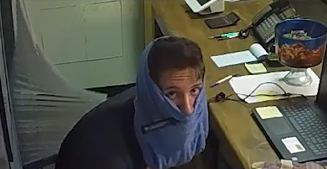 有味道的盗窃 小偷脱下内裤套脸上当头套