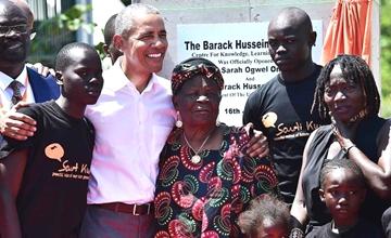 奥巴马卸任后首次回老家与亲戚合影