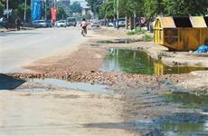 """污水横流损毁严重 这条""""问题路""""啥时能修一修"""
