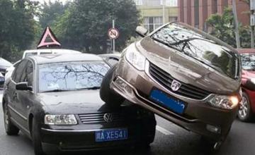 奇葩到不能再奇葩的交通事故,交警看到都懵!