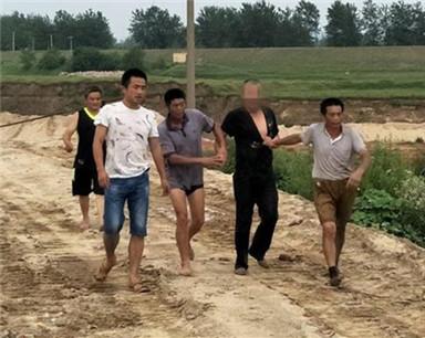 两毛贼大白天入室盗窃 蕲春50余村民合力围堵