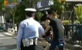 情侣面对面乘共享单车 交警:你女友超重了 罚20元