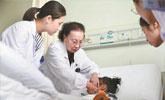 85岁医生多处骨折仍坚守临床一线:没什么大不了