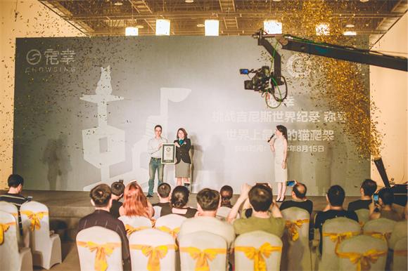 """""""世界上最高的猫爬架""""亮相上海,吸引来15只猫咪同时嬉戏玩耍!"""
