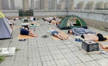 睡在天台的大学生