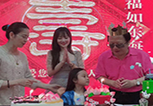 李小璐携甜馨为爸爸庆祝生日