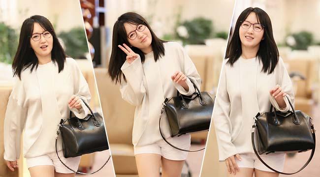 47岁杨钰莹穿热裤秀美腿 开心比V甜笑暖美