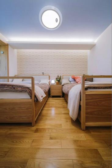 而在钢琴房,客厅,则采用热情,温馨的暖色吊顶.图片